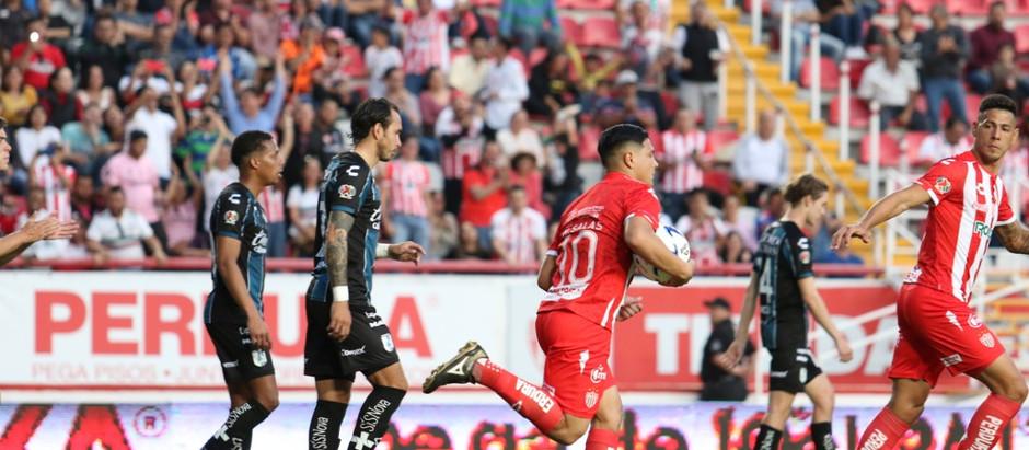 NECAXA EN EL TOBOGAN. GALLOS DE QUERETARO SE IMPUSO 3-2.