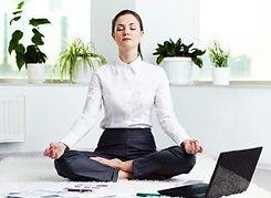 Femme en tailleur pratiuant la relaxation dans le cadre de son travail.
