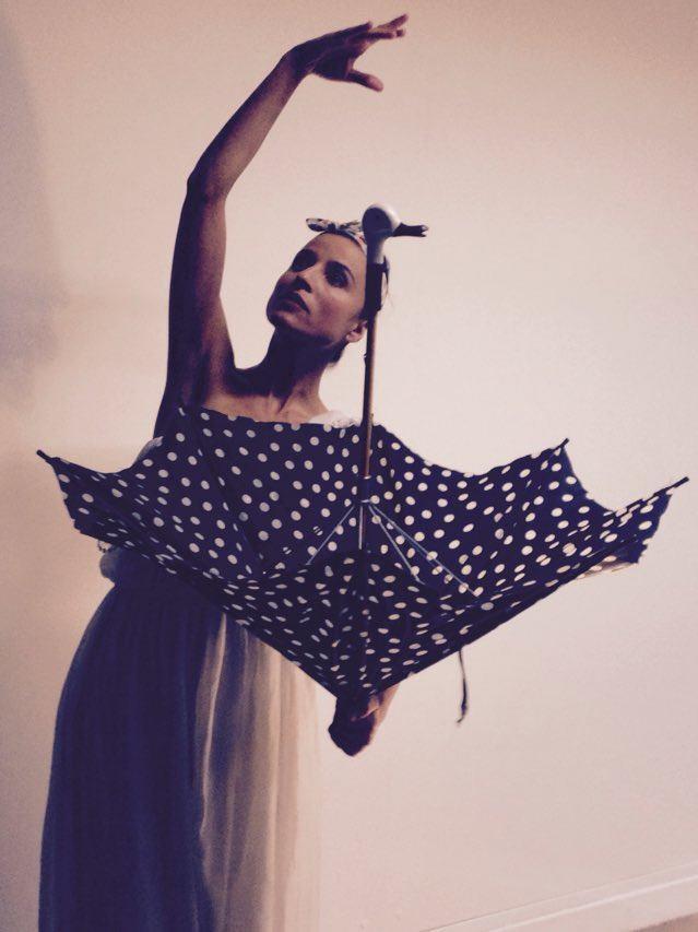 Miss Swan et son numéro de danse..