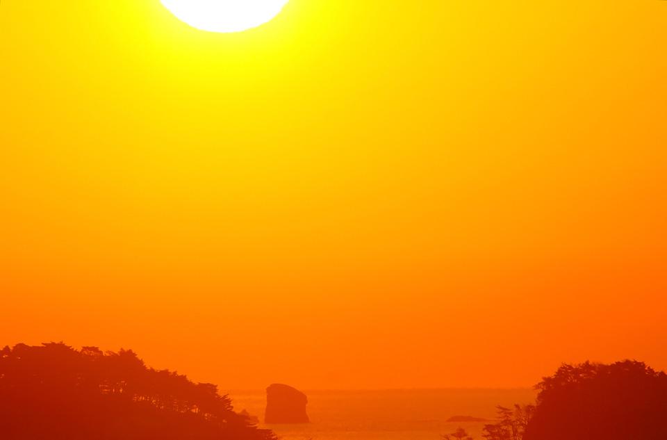 朝陽に染まる浜田の海
