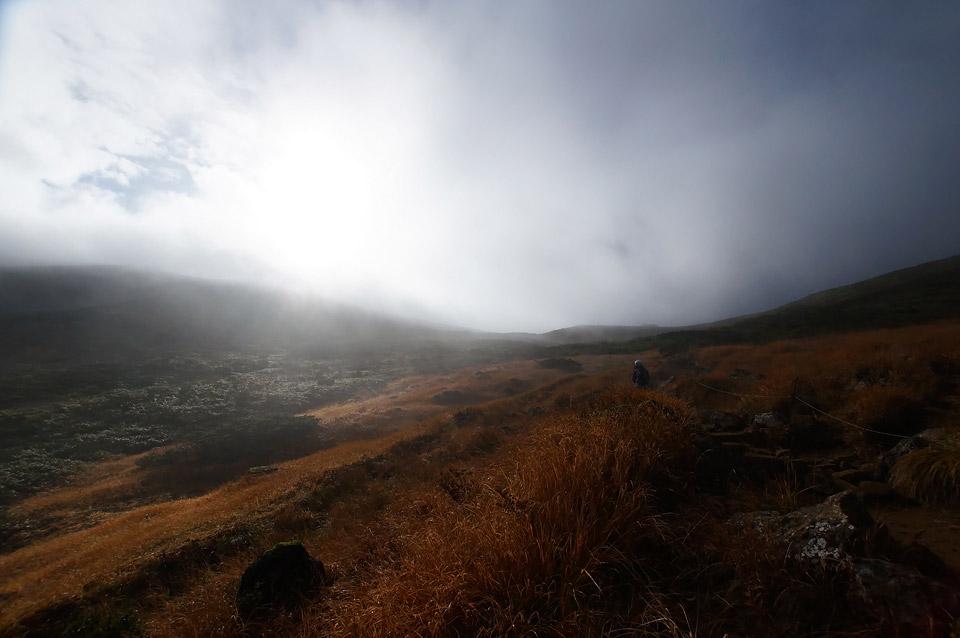 光る栗駒山山頂を目指し