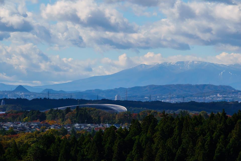 宮城スタジアムと初冠雪の蔵王山