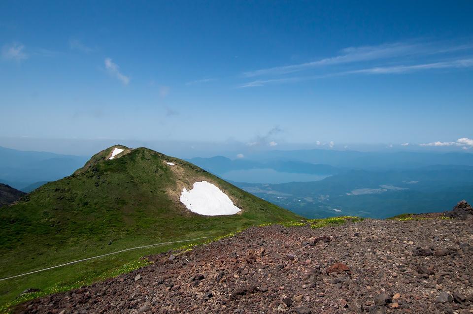 男女岳山頂から田沢湖を眺める