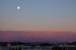 沈む居待月と朝陽に染まる宮城スタジアム