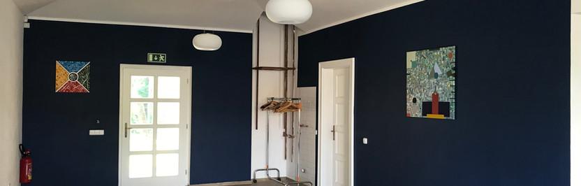 Bohatě pigmentovaná modrá barva, odolná omyvatelná v zátěžovém prostoru