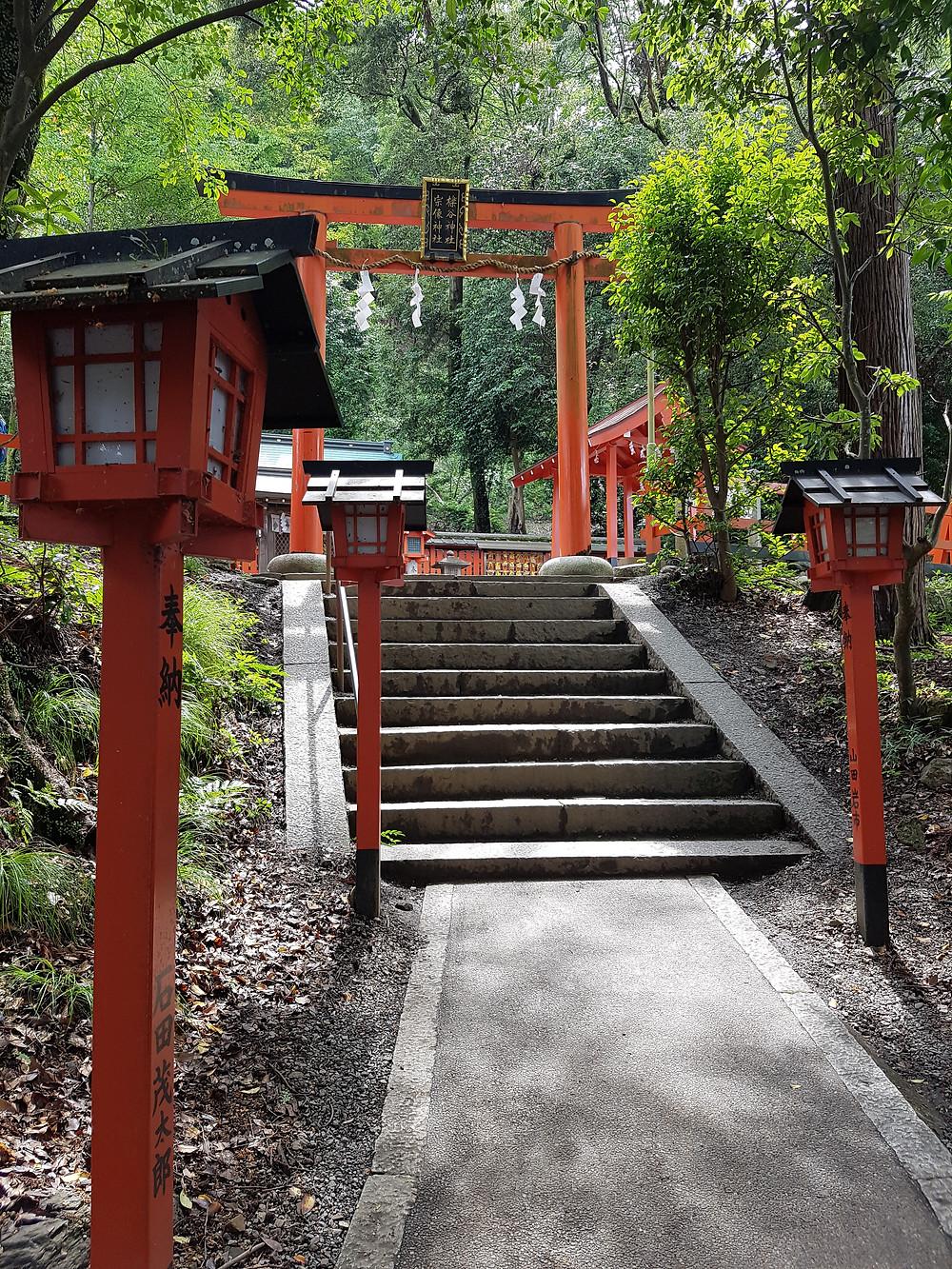 Eingangsbereich am Fusse des Hügels