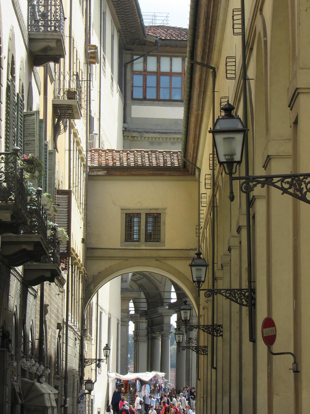 Vasarikorridor und im Hintergrund Arkaden der Uffizien