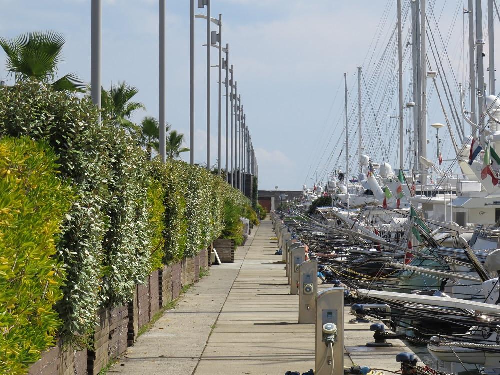 Anlegestellen auf der künstlichen Yacht-Insel Porto Mirabello