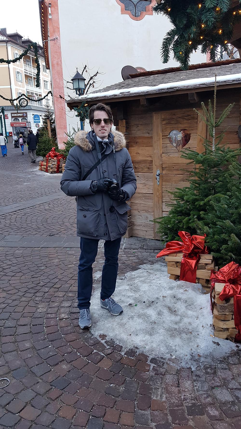 Ich neben Weihnachtsständen in Ortisei
