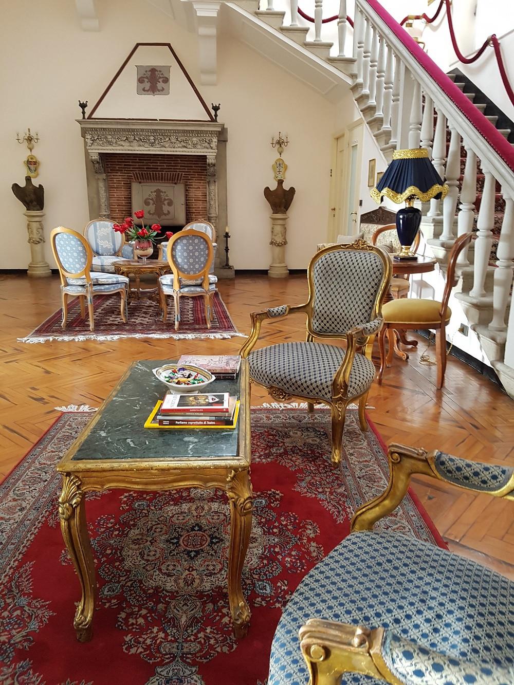Lobby – Typische Architektur eines Ritterhauses (Wohnhalle und seitlich angelegte Treppe in die Schlafgemächer)