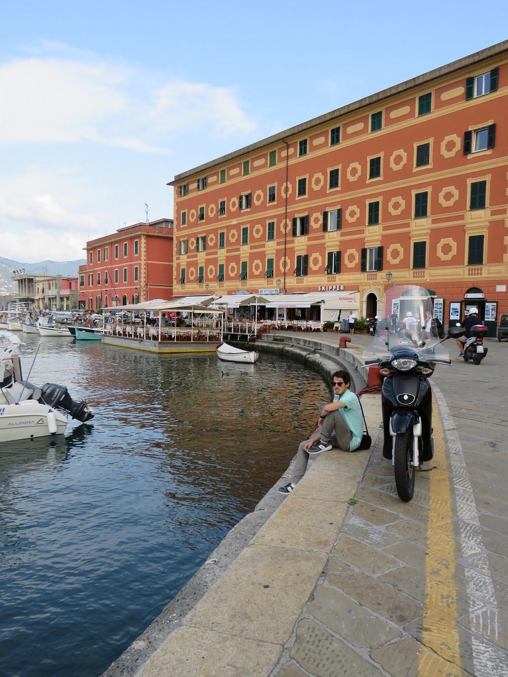 Im Hintergrund das Restaurant Skipper mit schwimmender Terrasse