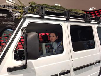 Mercedes Show Room - G-Klasse mit Tannenbaum