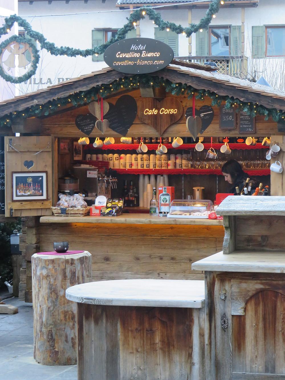 Weihnachtsstand des Hotel Cavallino Bianco in Ortisei