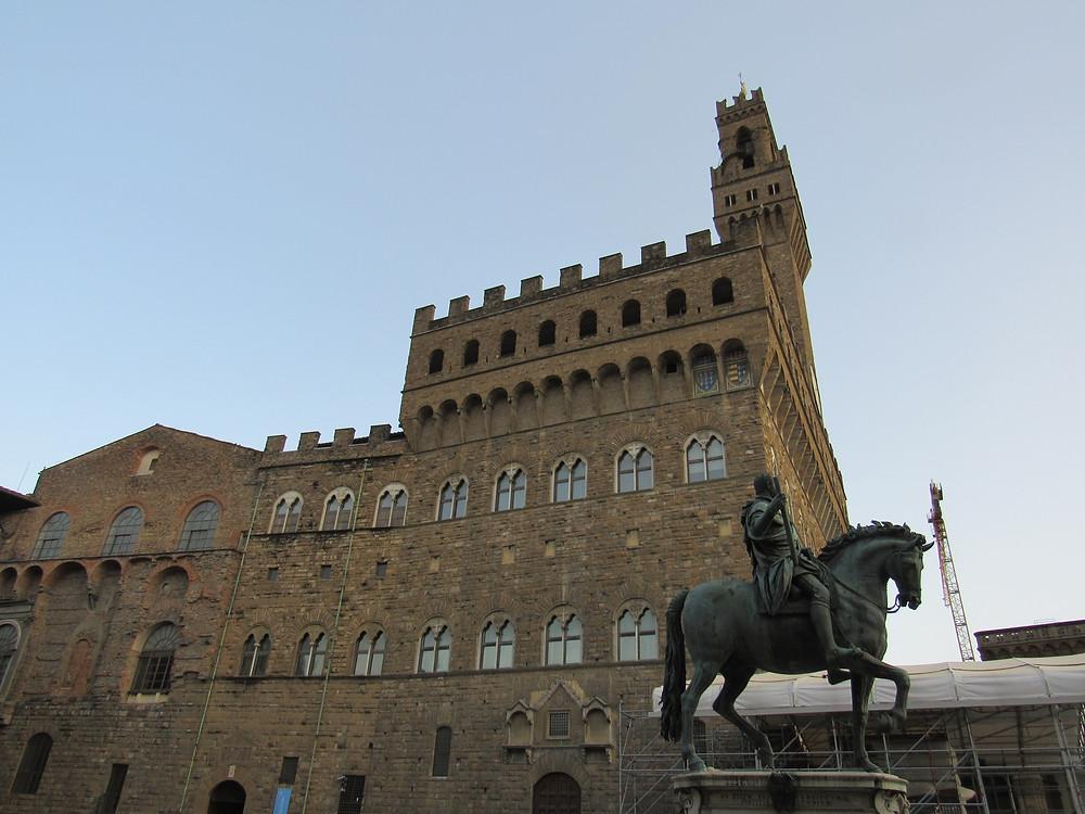 Palazzo Vecchio von der Seite mit Reiterstatue