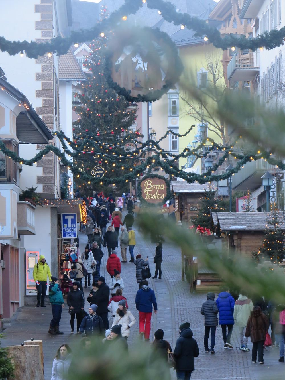Fussgängerzone in St. Ulrich zur Weihnachtszeit
