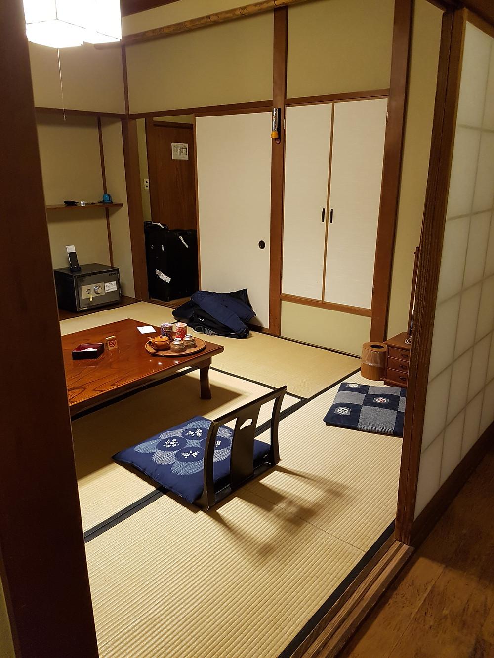 Wohn- und Schlafraum des Hotelzimmers