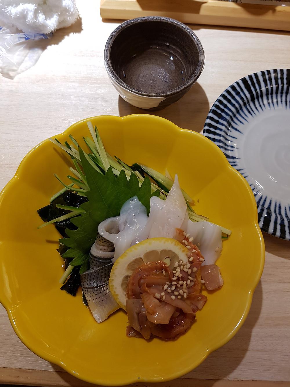 Sashimi in diversen Saucen eingelegt im Sushi im Restaurant Kizuna Sushi