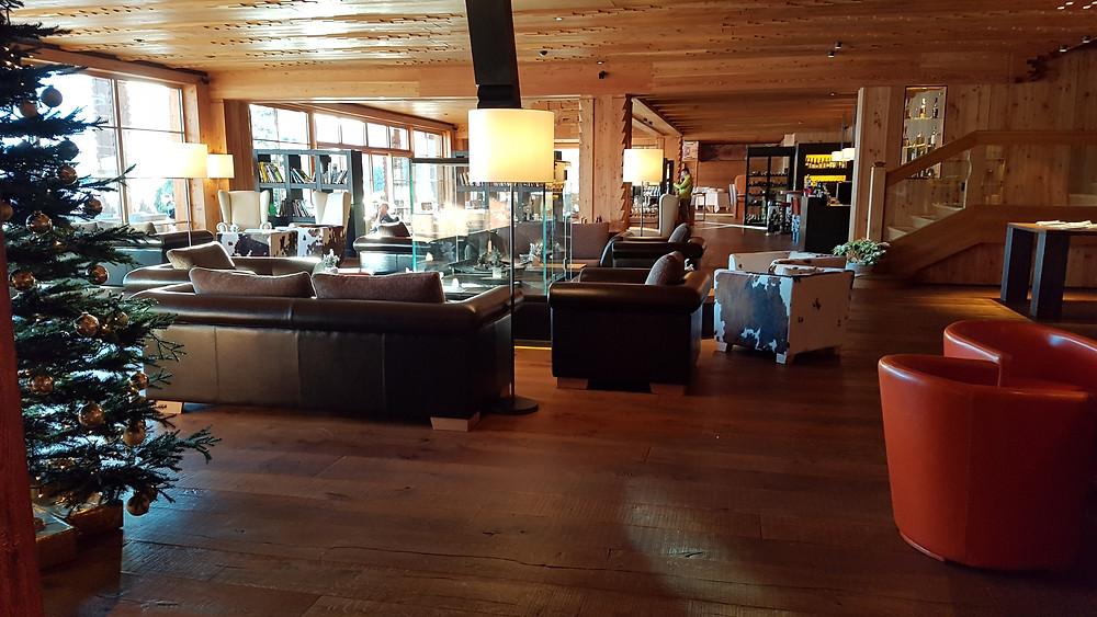 Loungebereich im Kaminraum zur Weihnachtszeit