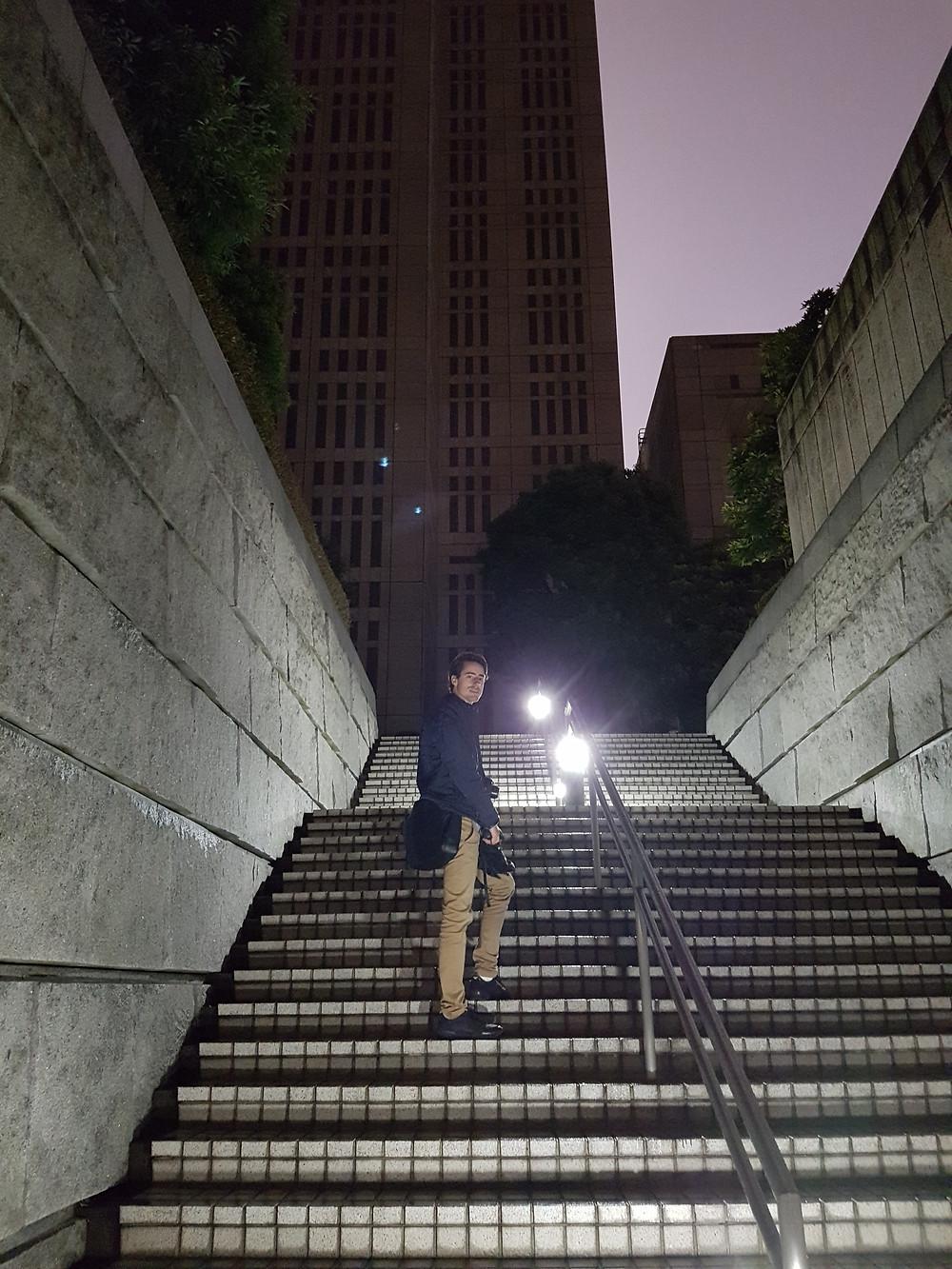 Ich auf der Treppe zum Tokyo Metropolitan Government Building