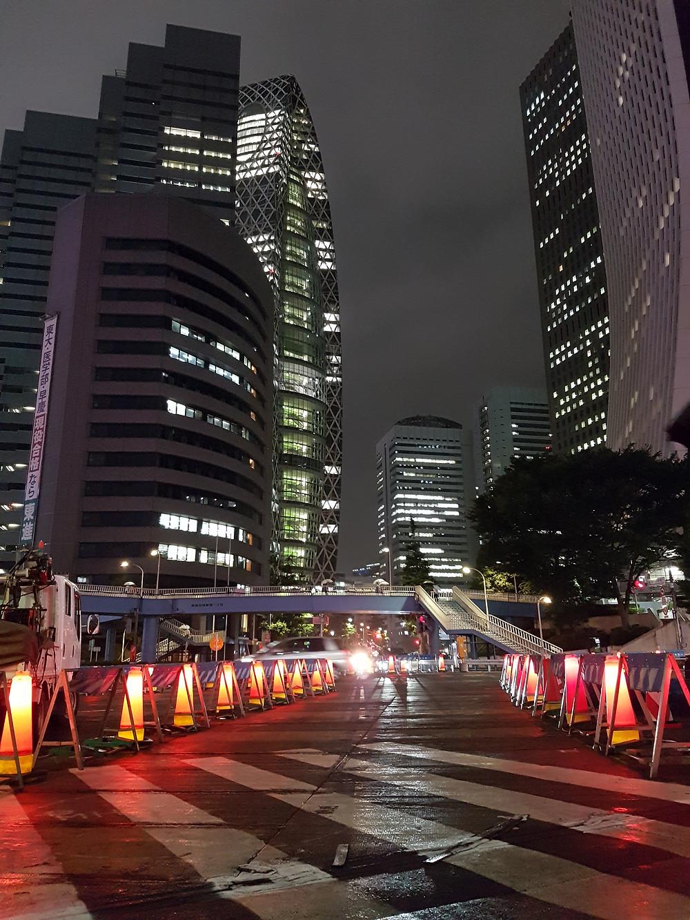 Auf dem Ome Highway mit Sicht zum Mode Gakuen Cocoon Tower