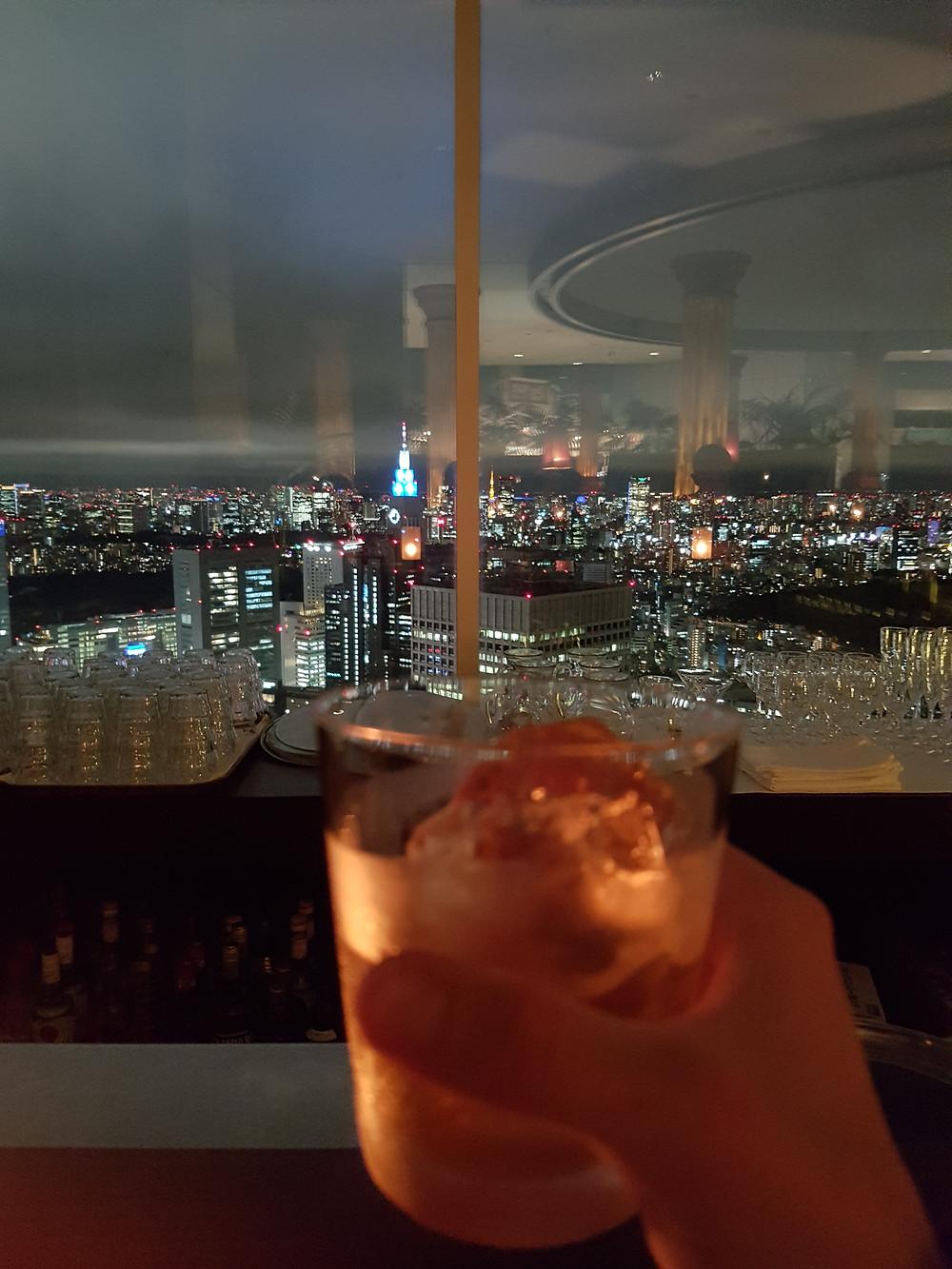"""Pflaumenschnapps """"on the rocks"""" und eine grandiose Aussicht vom Tokyo Metropolitan Government Building hinunter"""