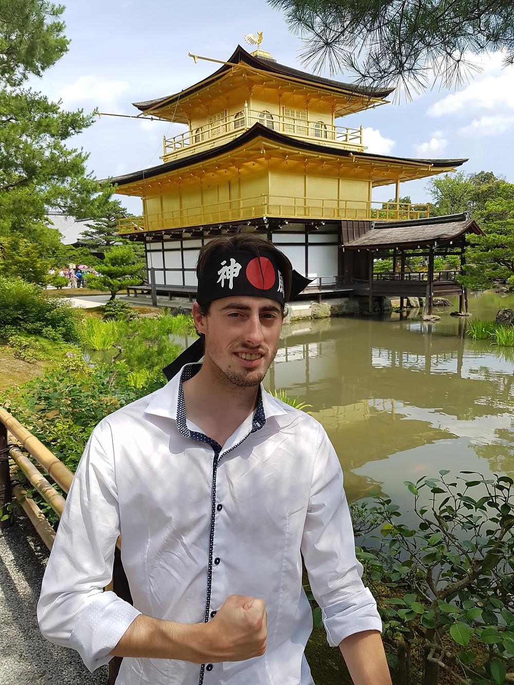 Nahaufnahme des Kinkakuji Tempel und ich in Pose mit Ninja-Kopfband