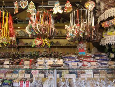 Weihnachtsmarktstand mit Süssigkeiten