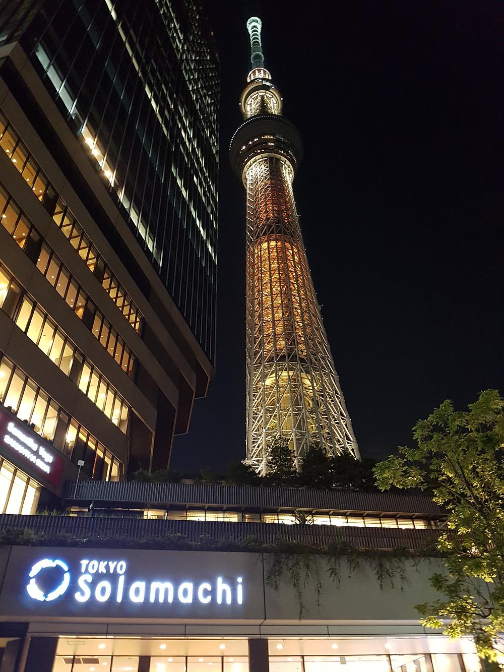 Sicht auf den Tokyo Skytree vom Vorplatz von Tokyo Skytree Town