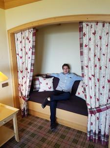Ich im Wohnzimmer der Deluxe Suite
