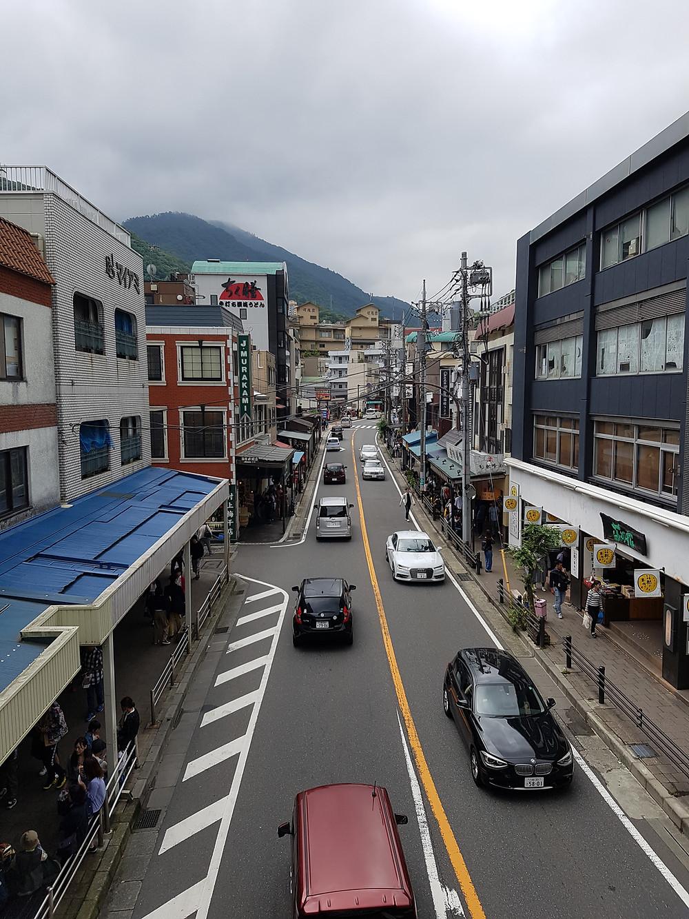Hauptstrasse von Hakone-Yumoto mit Shops und Restaurants