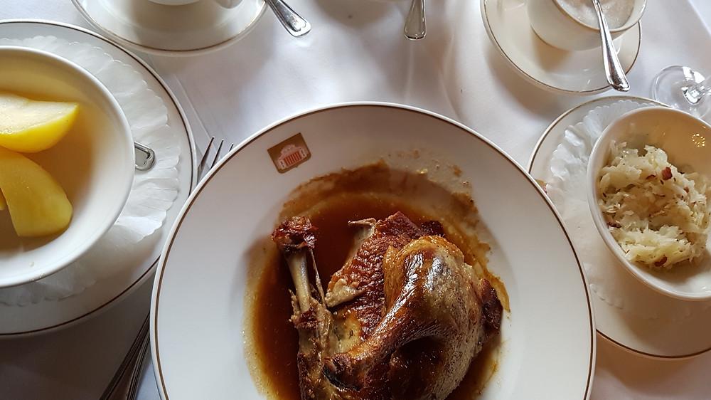 Kross gebratene Ente im Restaurant Spaten, München