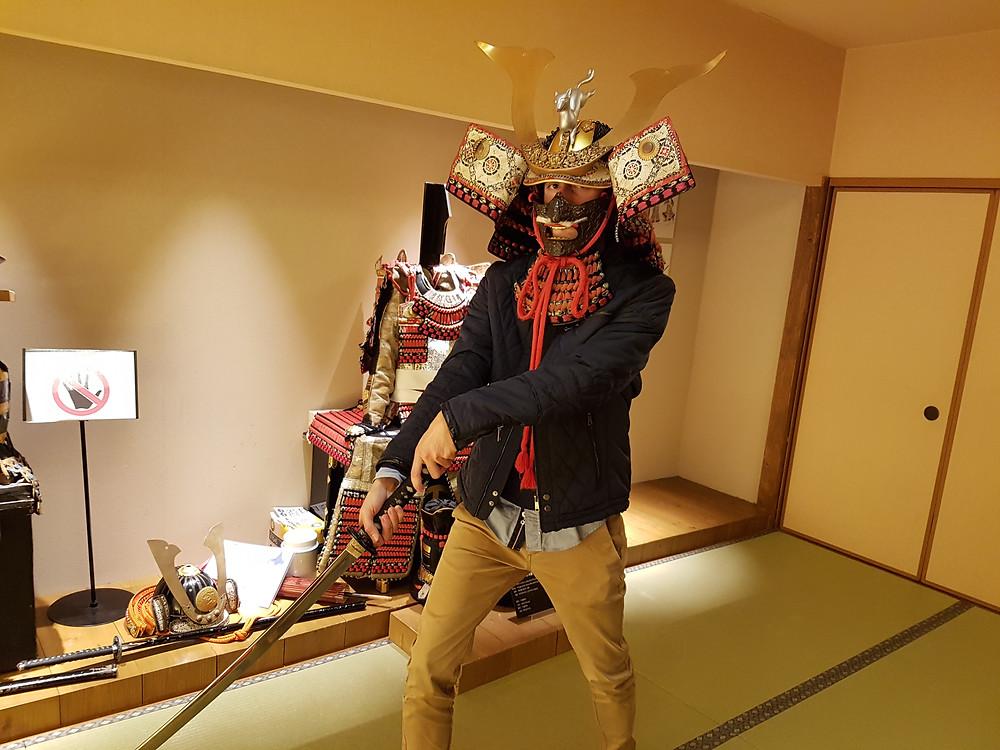 Ich mit Samurai-Helm und Katana beim Posieren