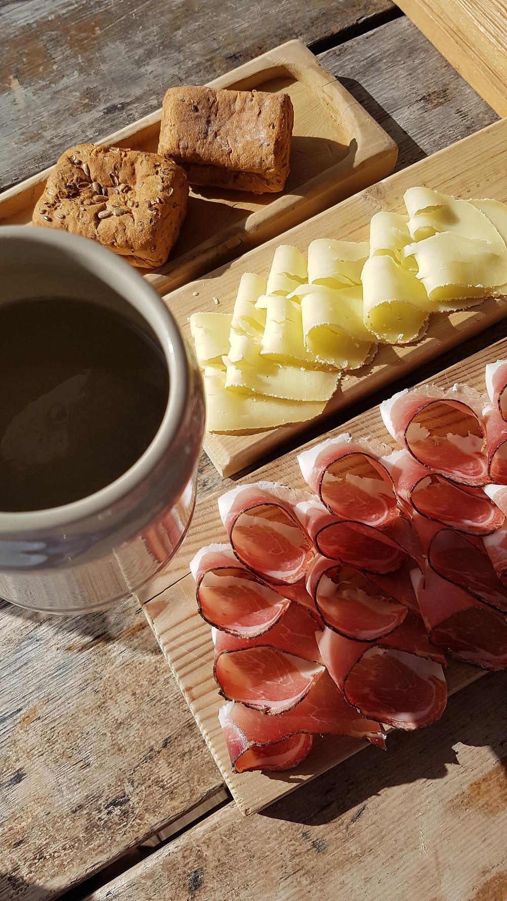 Brettl mit Speck und Käse in der Gostner Schwaige