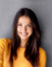 Chica con suéter amarillo