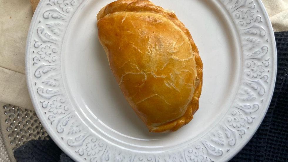 Пирожок с мясом и сельдереем