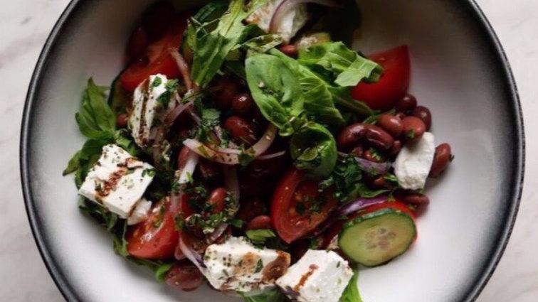 Салат с красной фасолью и брынзой