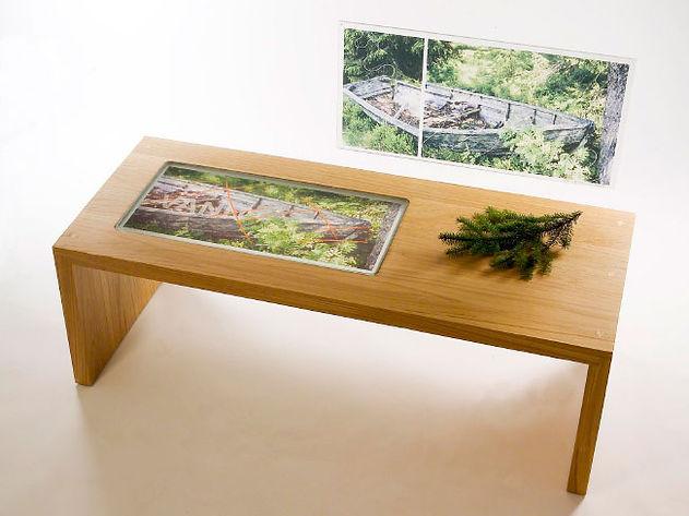 Glass med digitaltrykk på bord