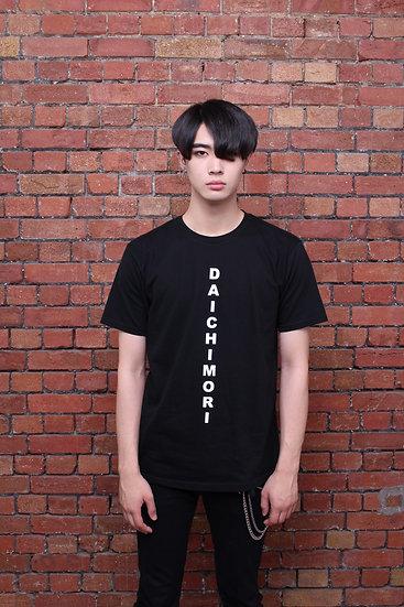 DAICHI MORI Tシャツ<縦ロゴ>(黒)