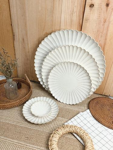 Scallop x white | plates (5 sizes)