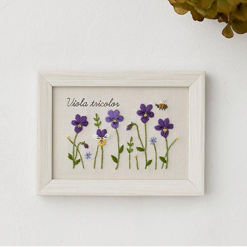 青木和子12ヶ月植物 Viola Tricilor Embroidery Kit