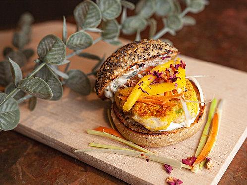 Mini burger de poisson crème légère à l'oignon cébette et son croquant végétal