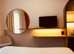 Chambre d'hôtel : armoire lumineuse et miroir sur mesure