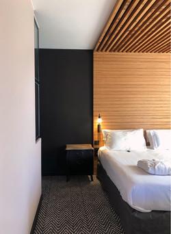 Suite luxe : plafond et tête de lit sur mesure