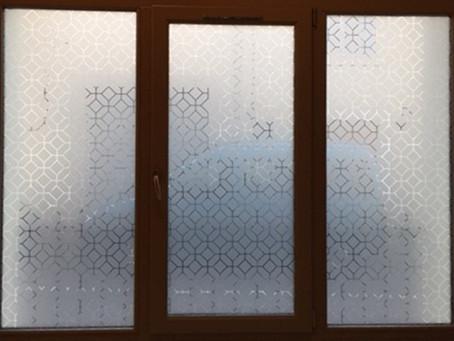 Vitrophanie décorative Denerys > Agnès Luthier architecte d'intérieur