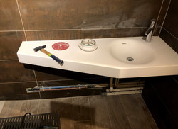 Salle de bain : vasque en krion sur support bois