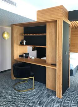 Bureau intégré à un meuble cloison