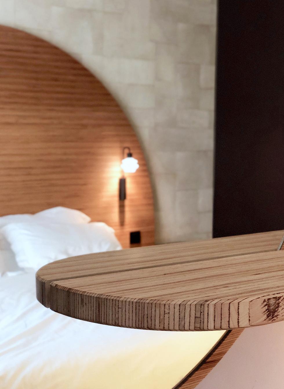 Chambre d'hôtel : tête de lit reflet dans miroir
