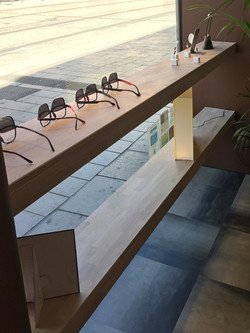 Étagères filantes : vitrine opticien