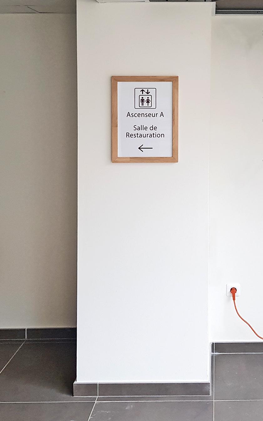 Résidence Services Séniors L'Apogée : Signalétique intérieureEE cadre pilier V