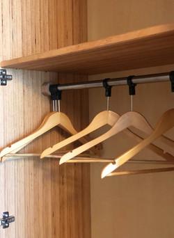 Chambre d'hôtel : armoire lumineuse détail